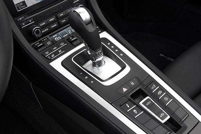 به لطف دکمههایی که در زیر دسته دنده قرار دارد شما تنظیمات سیستم تعلیق، عملکرد پیشرانه و صدای اگزوز را در کنترل خود دارید.