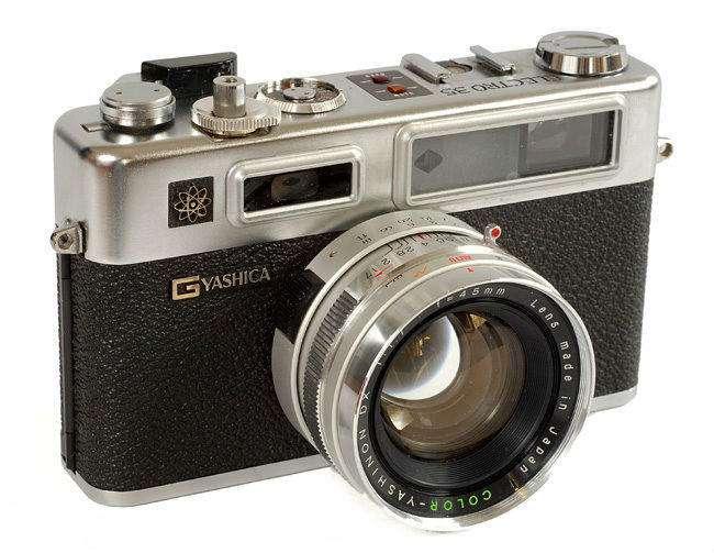 تصویری از دوربین قدیمی و محبوب Yashica Electro 35 که دوربین جدید Y35 اقتباسی دیجیتال و امروزی از آن است.