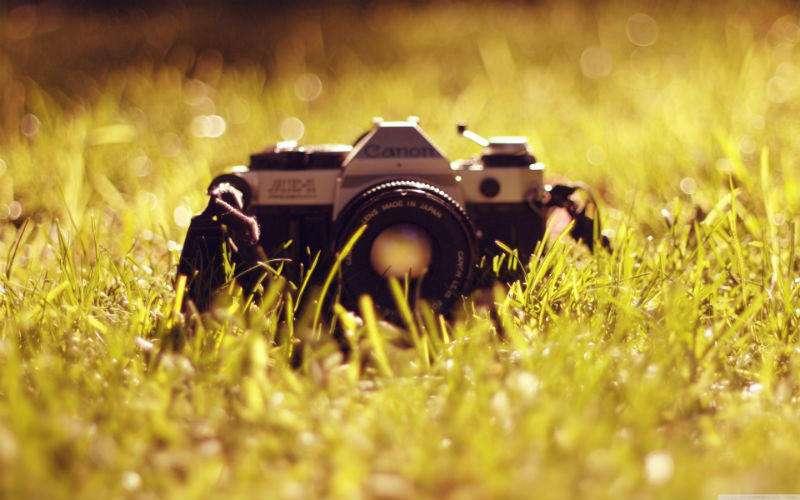 -دوربین فیلمخور Canon AE-1 Program میتوانست سرعت شاتر و درجه دیافراگم را بهطور خودکار تنظیم کند