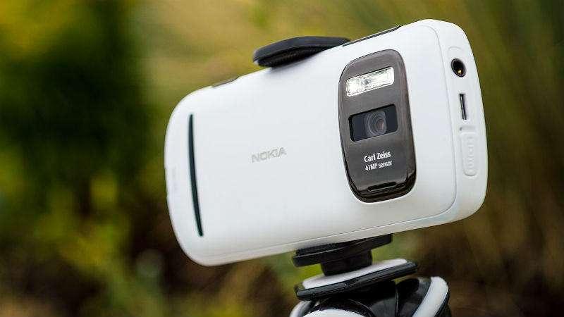 Nokia 808 PureView را که به یاد دارید؟! و آنان که ظریفانه میپرسیدند: تلفنی است با دوربین قدرتمند، یا دوربینی با امکان تماس و مکالمه؟