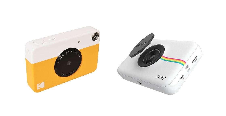 دوربین چاپ فوری کداک پرینتوماتیک (2017) در سمت چپ؛ دوربین چاپ فوری پولاروید اسنپ (2015) در سمت راست